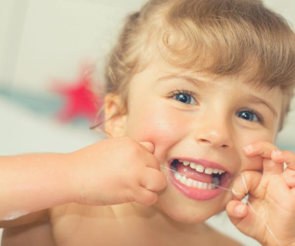 Quando iniciar o uso do fio dental nas crianças?