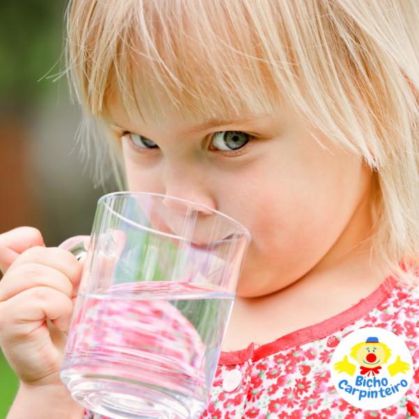 Benefícios da água no organismo infantil