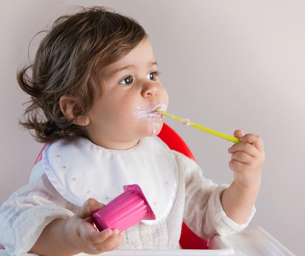 A maioria dos iogurtes tem tanto açúcar quanto os refrigerantes